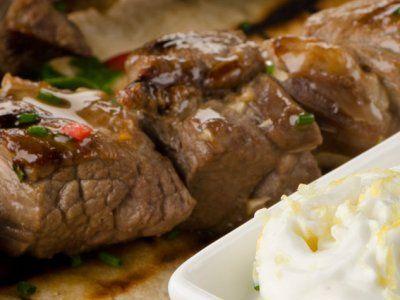 Recetas – Kebabs Griegos de Cordero con Salsa de Yoghurt