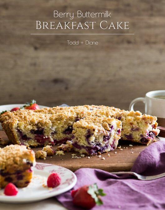 Berry Buttermilk Breakfast / Brunch Cake con cobertura de migas