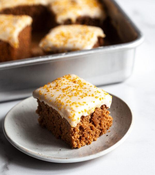 Pastel de hoja de especias y canela con glaseado de queso crema