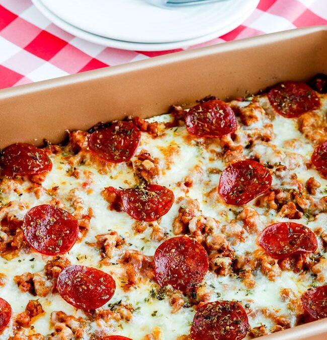 Horneado de pizza de salchichas y pepperoni en capas (bajo en carbohidratos o ceto)