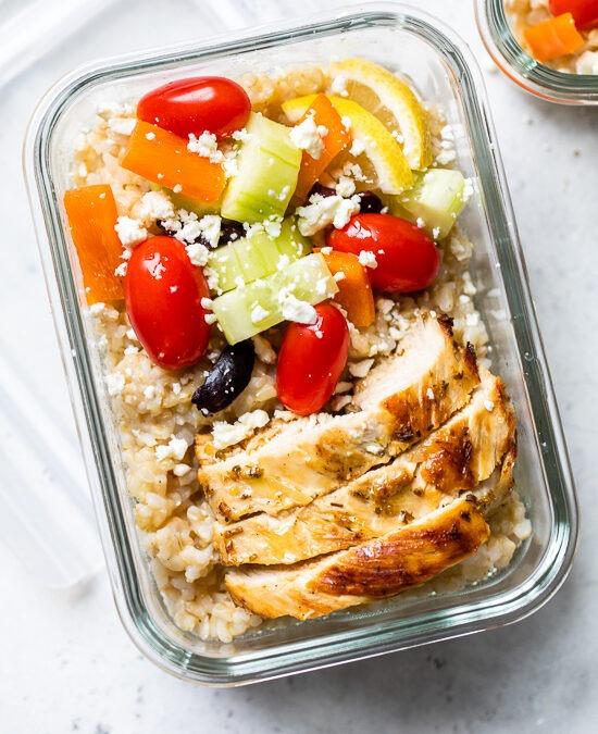 Cuencos de arroz de preparación de comida griega de pollo