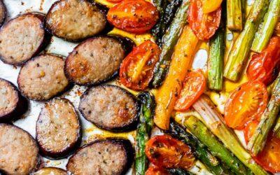 Cena en sartén con verduras bajas en carbohidratos (keto) Kielbasa