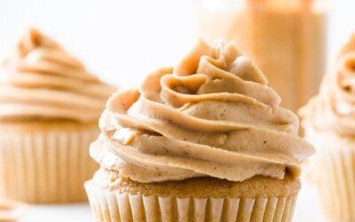Pastelitos de mantequilla de maní: húmedos y ligeros con glaseado de mantequilla de maní