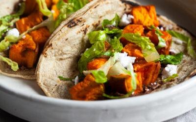 Tacos sencillos veganos de camote y frijoles negros