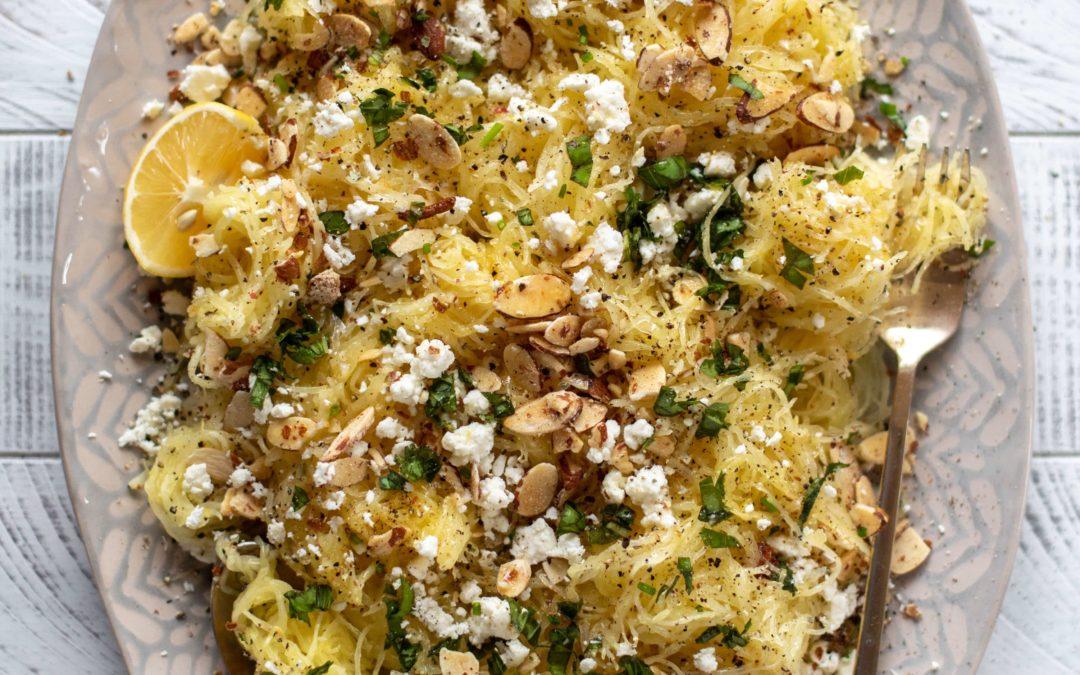 Calabaza de espagueti con mantequilla de limón y queso feta.