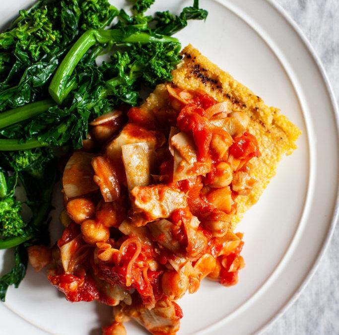 Polenta a la plancha con garbanzos, alcachofas y tomates