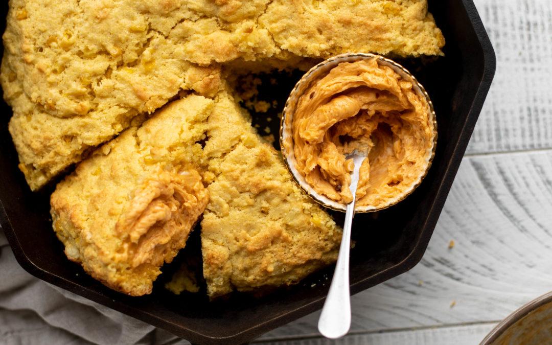 Sartén de Pan de Maíz con Chipotle y Mantequilla de Miel.