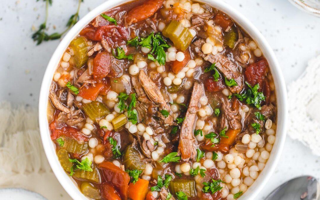 Sopa de carne de cocción lenta con cuscús
