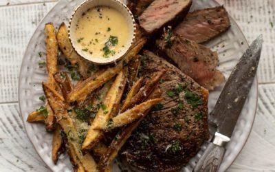 ¡Nuestro bistec a la sartén favorito con papas fritas y alioli de miel Dijon!