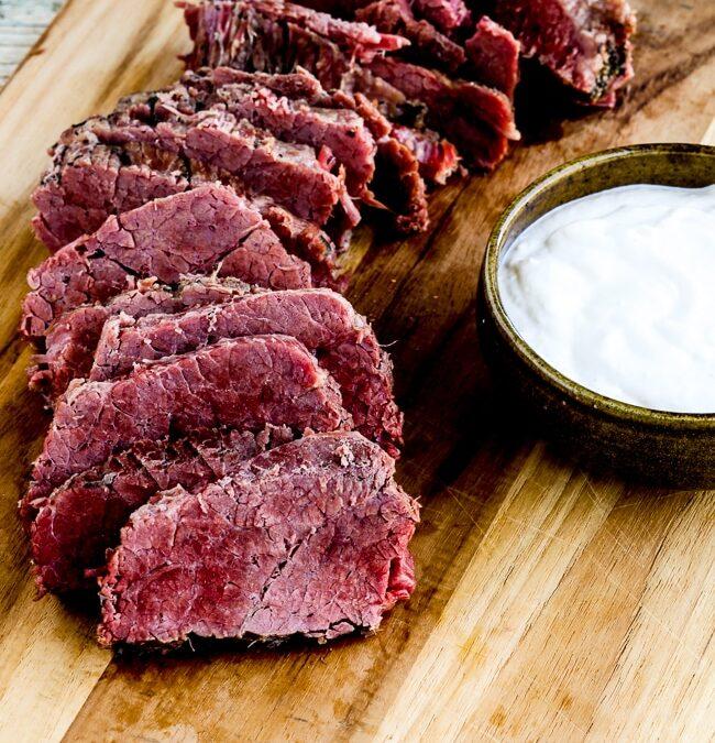 Carne en lata al instante con salsa cremosa de rábano picante
