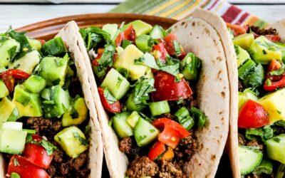 Tacos de carne molida con salsa de tomate y aguacate