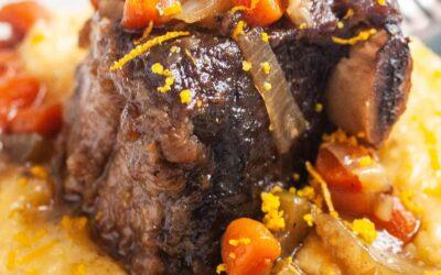 Receta de costillas cortas de Bourbon de cocción lenta con sémola de queso