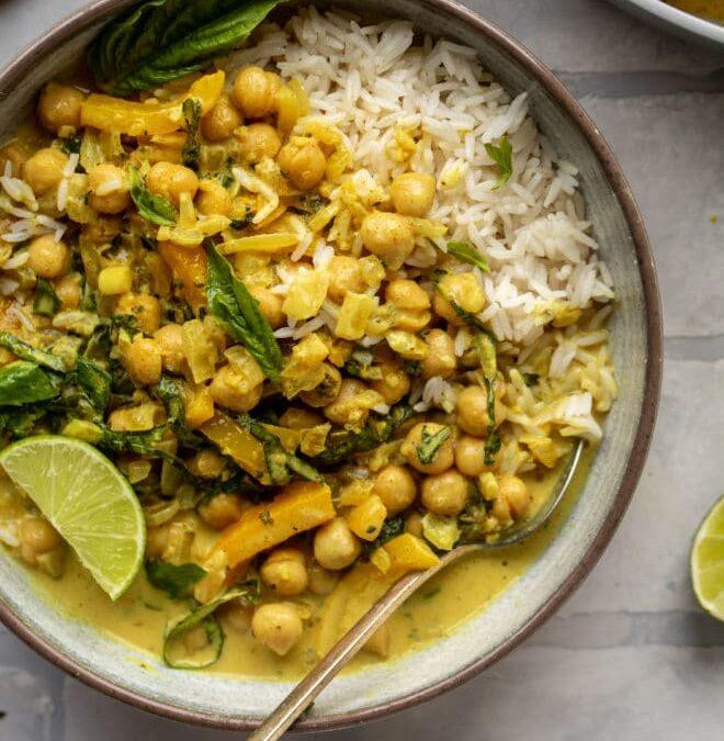 Curry de garbanzos con albahaca – Receta de 20 minutos de curry de coco con garbanzos y albahaca