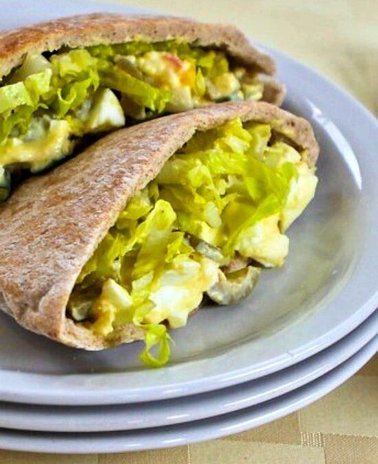 Ensalada de huevo en pita con aceitunas verdes y Dijon