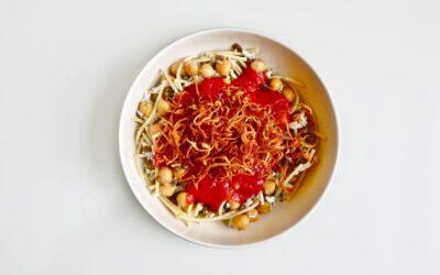 Esta receta de Koshari es fácil de preparar y se combina con los granos y frijoles sobrantes que tenga