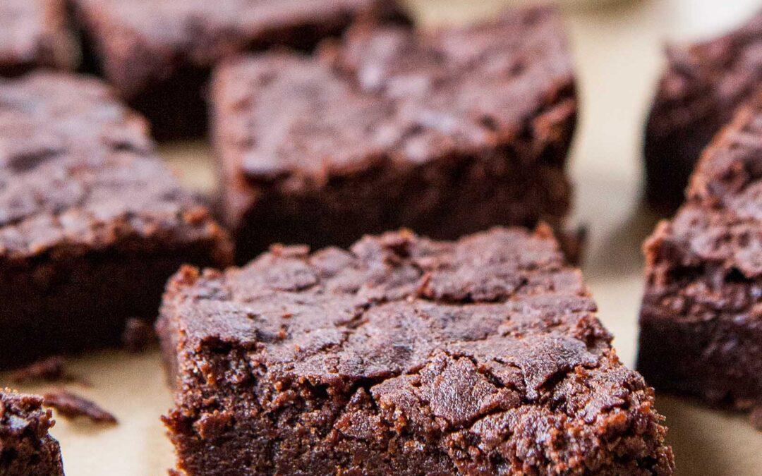 Brownies de chocolate sin gluten fudgy (veganos, sin nueces, aptos para personas alérgicas)