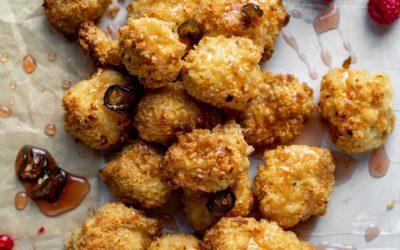 Pollo de palomitas de maíz al horno con miel caliente de frambuesa
