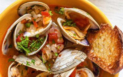 Receta de almejas con chorizo, tomate y pan a la parrilla