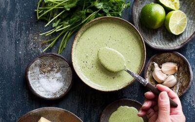 Receta cremosa de aderezo de cilantro con ensalada de espinacas y aguacate