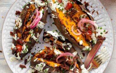 Batatas enteras a la parrilla con tocino, tomate y rancho