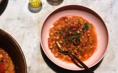 Tomate asado y sopa de masa fermentada