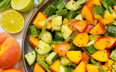 Receta fácil de ensalada de pepino, durazno y albahaca