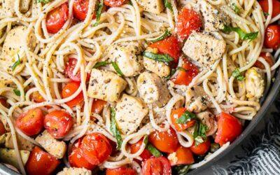 Espaguetis con Pollo Salteado y Tomates con Uva