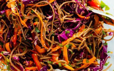 Receta colorida de fideos con sésamo y vegetales